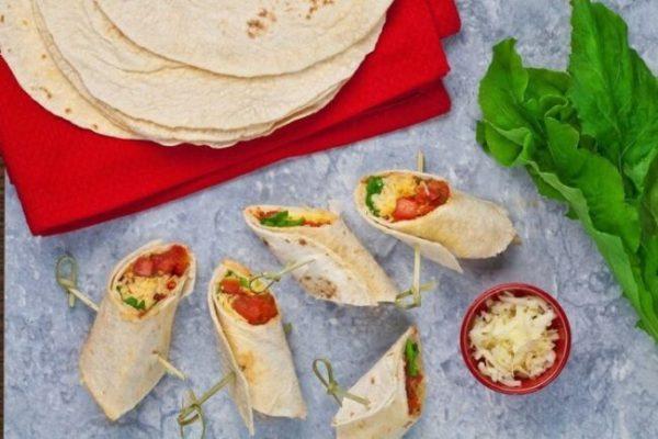 Wrap com tomate e rúcula