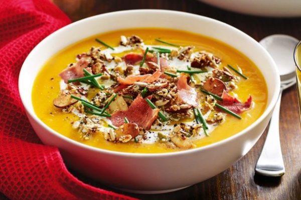 Sopa de legumes com granola salgada