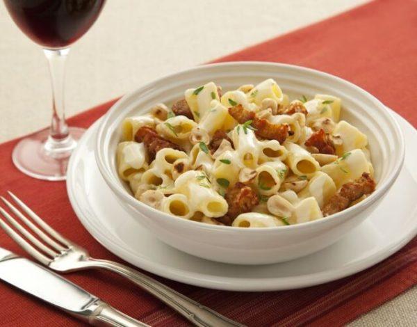Tortiglione ao molho cremoso de avelãs e pancetta